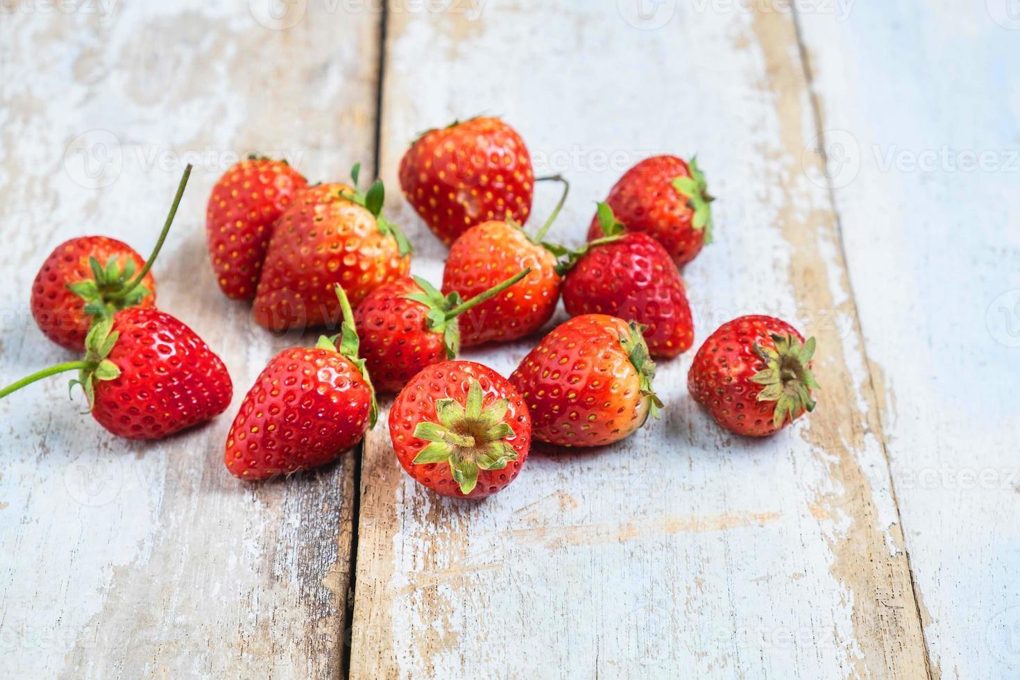 jordgubbar på ett träbord foto