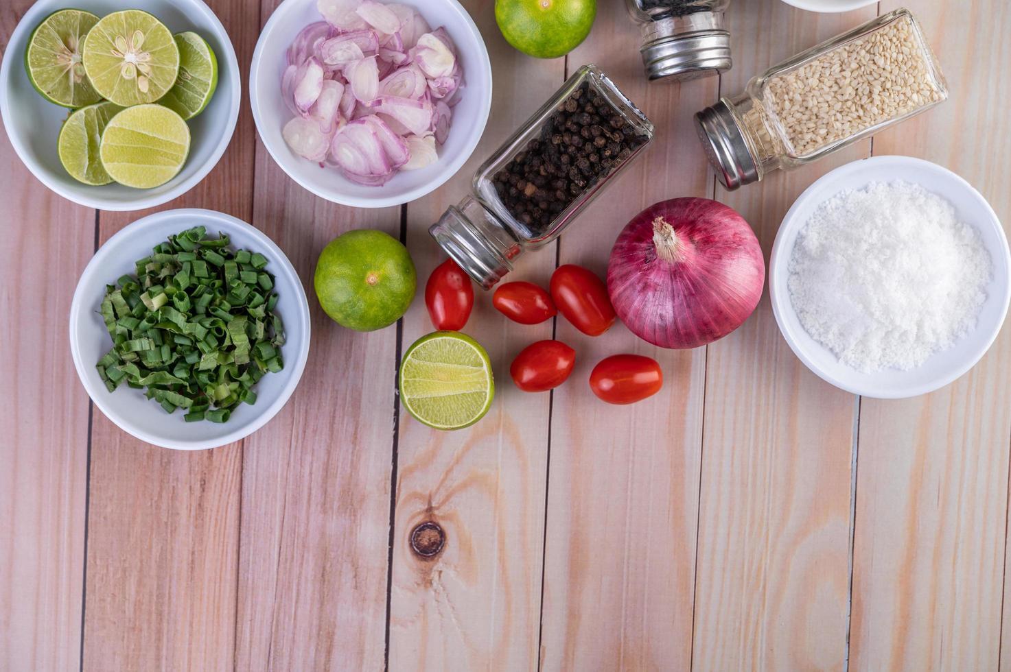 grönsaker och kryddor på träbord med kopieringsutrymme foto