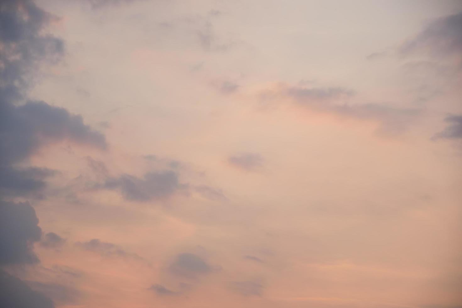 blå himmel med moln vid solnedgången foto