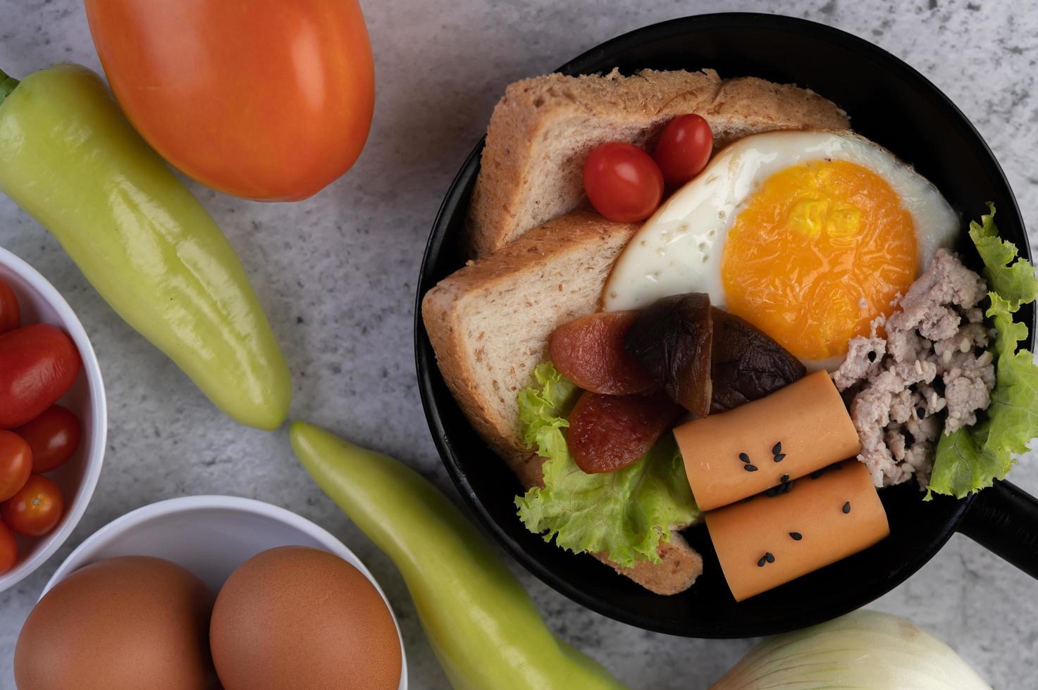 grönsaksallad med bröd och kokta ägg foto