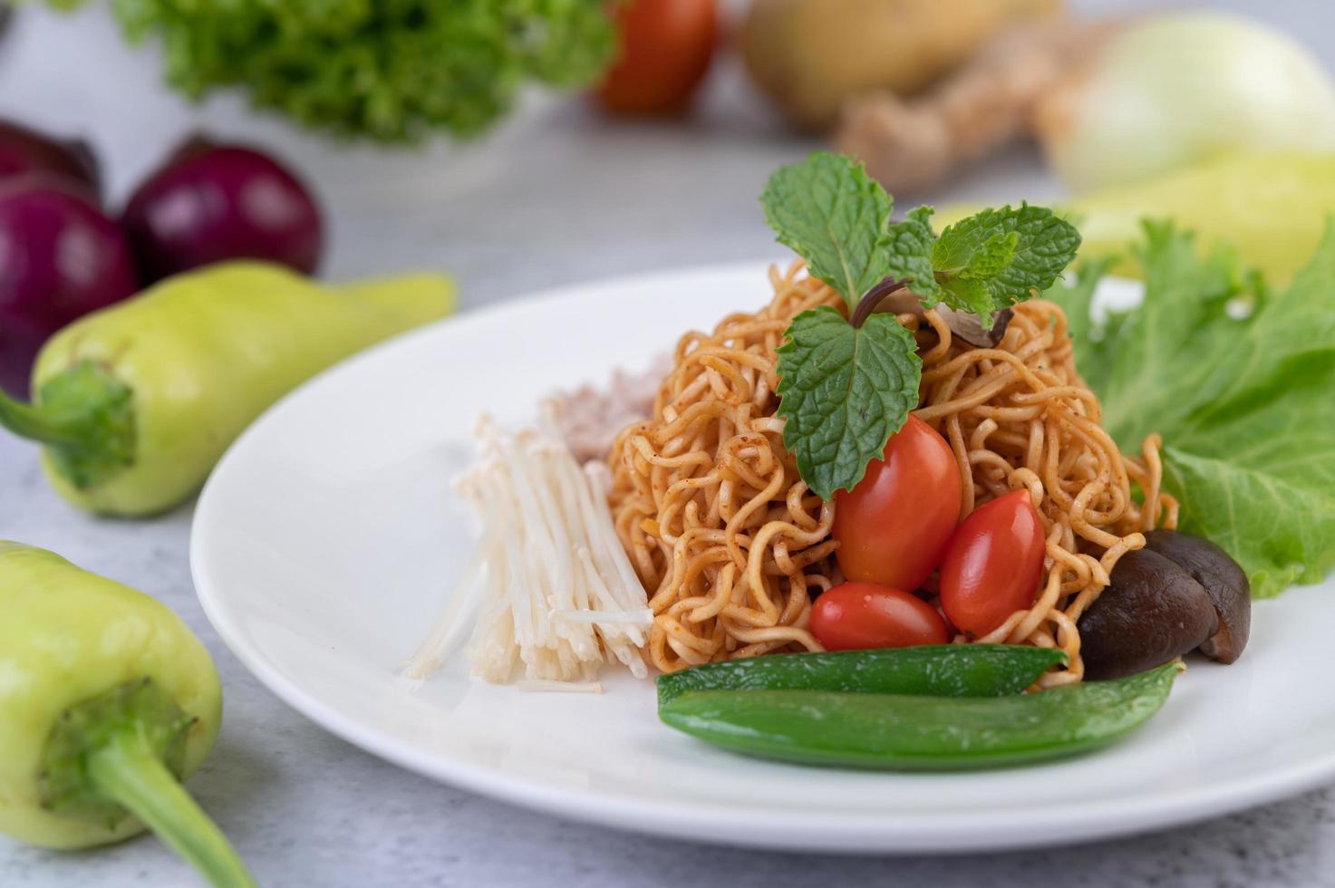 uppstekta nudlar med blandade grönsaker foto