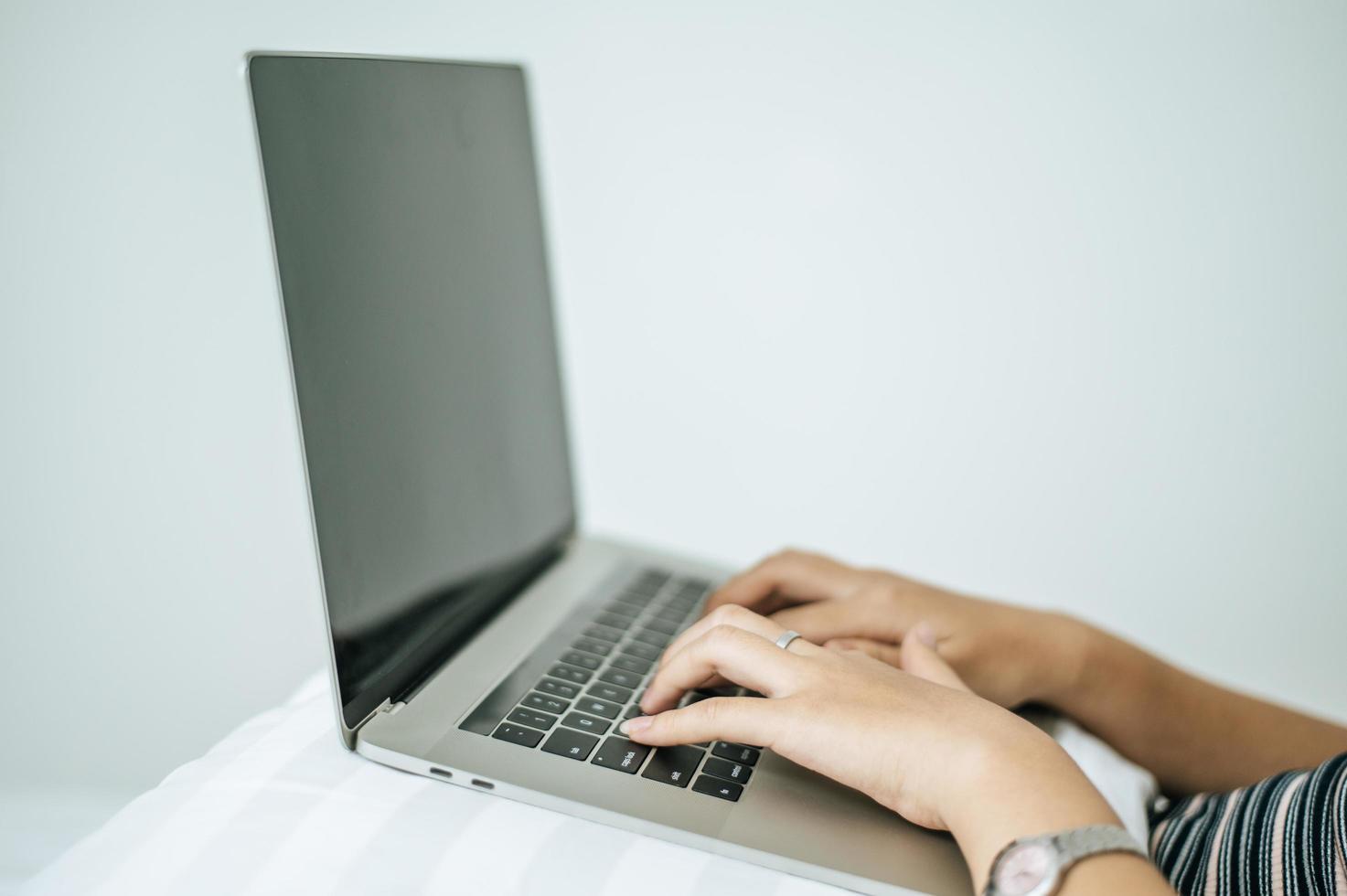 kvinnans händer att skriva på bärbar dator foto