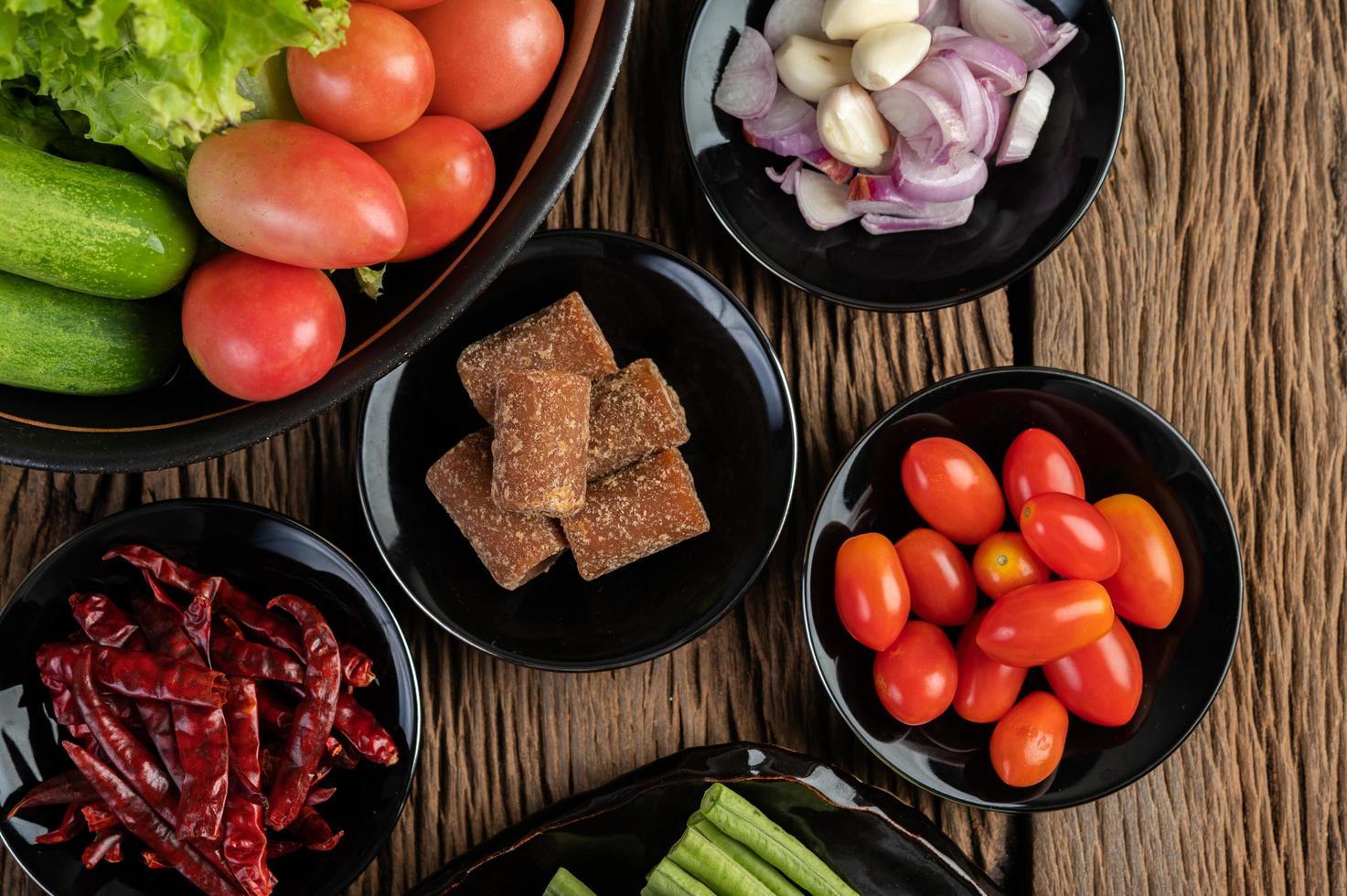 palmsocker, rödlök, torkad paprika, tomater, gurkor, långa bönor och sallad foto