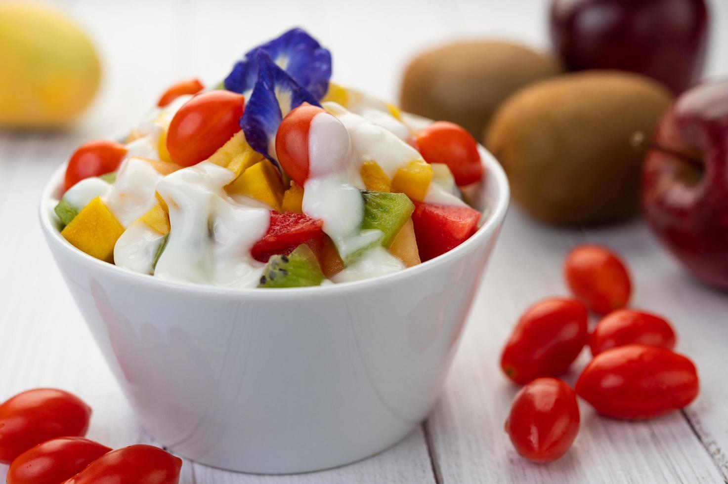 färsk frukt och yoghurt foto