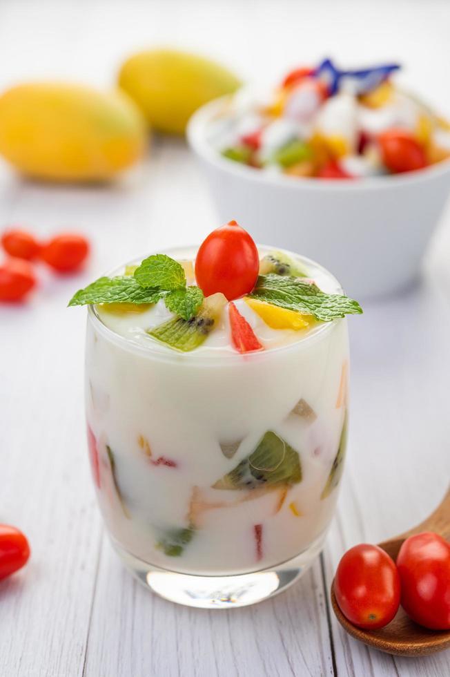 frukt yoghurt smoothie i klart glas foto
