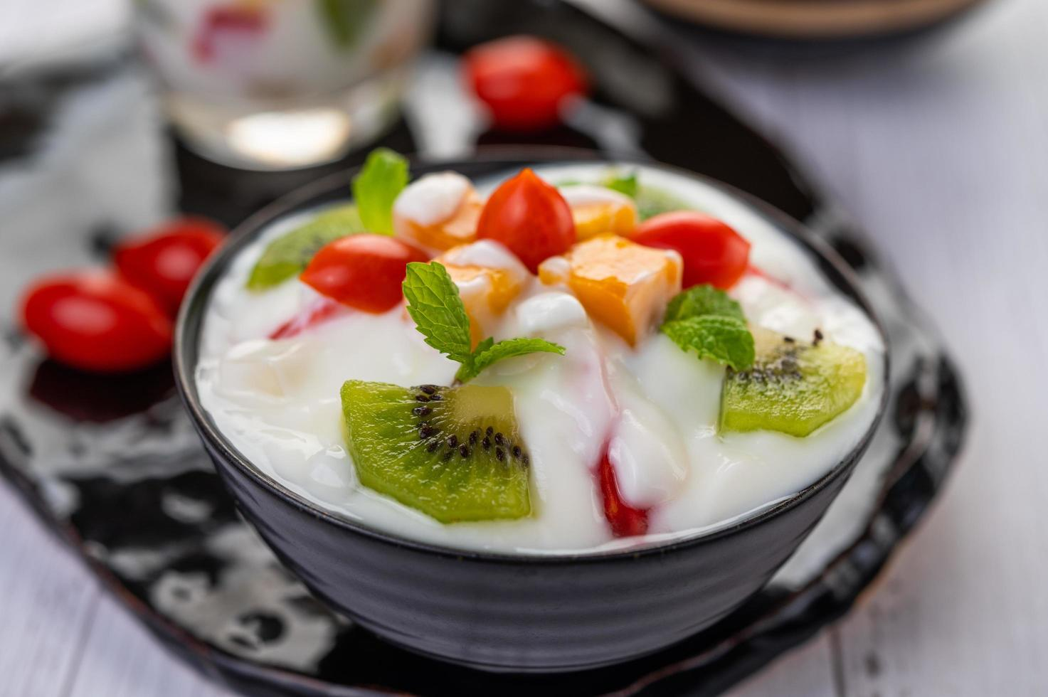 fruktsallad i en yoghurtskål foto
