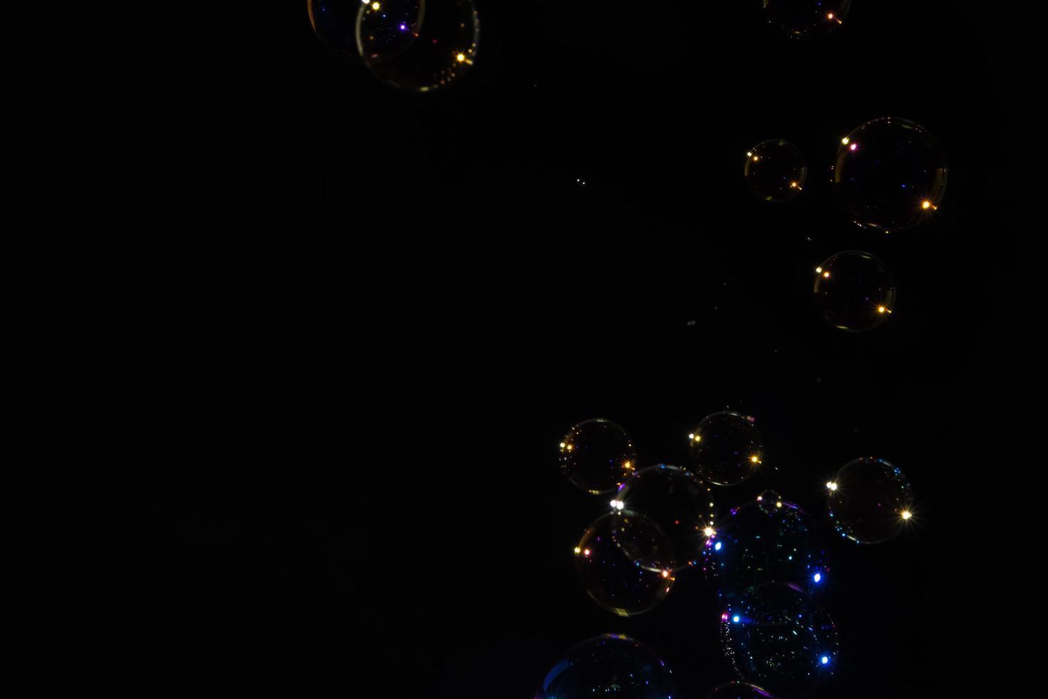 bubblor på svart bakgrund foto