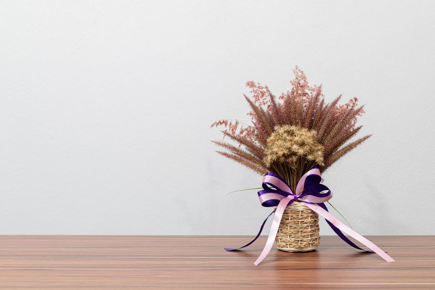 blomma vas på skrivbordet foto