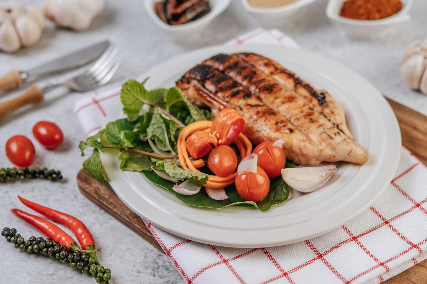 kycklingbiff med grönsaker foto