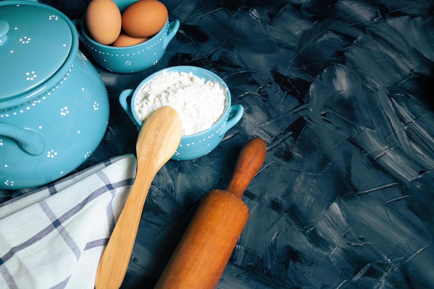 bakningingredienser på en grå bakgrund foto