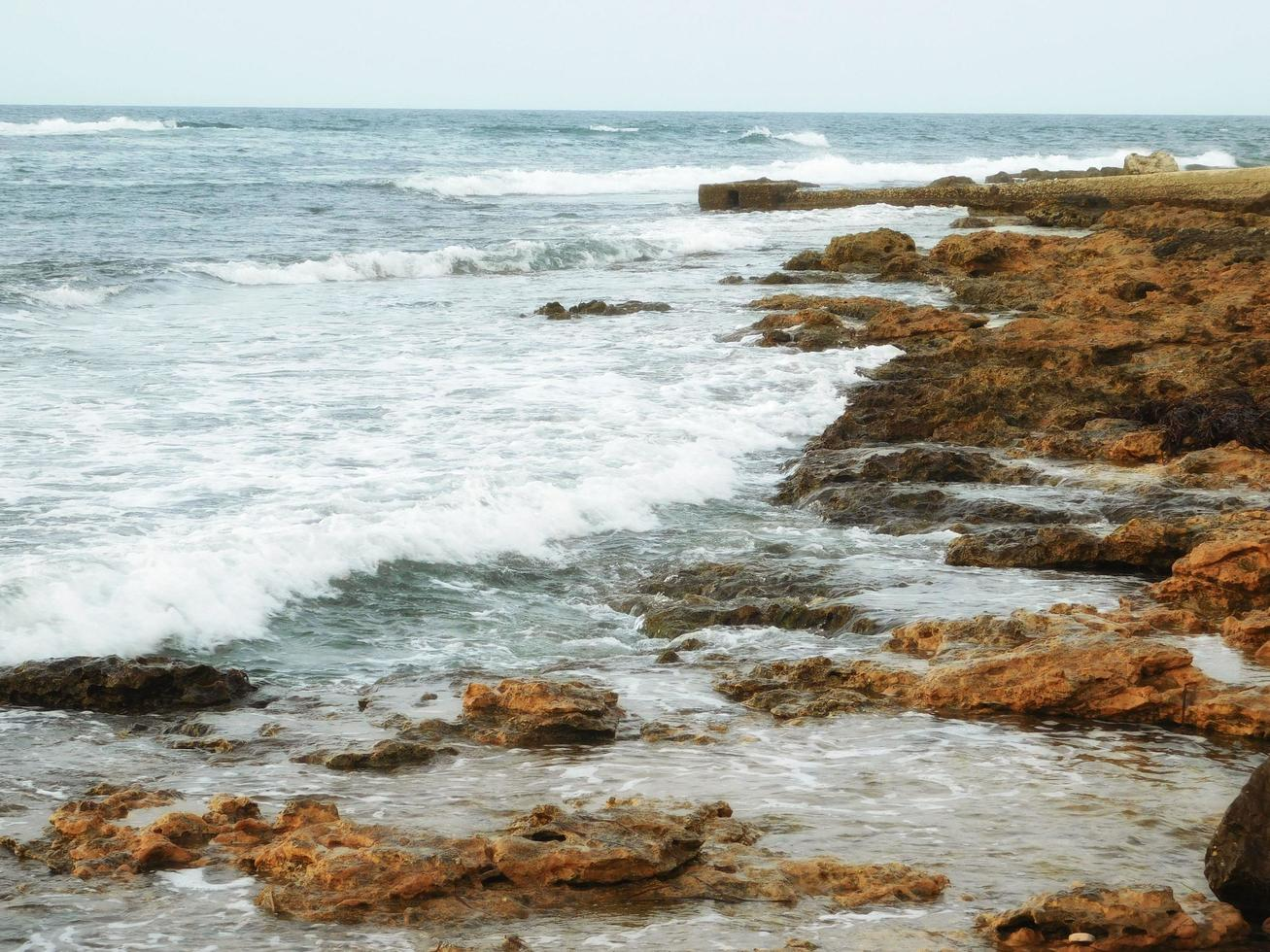 stenig strand vid dagtid foto
