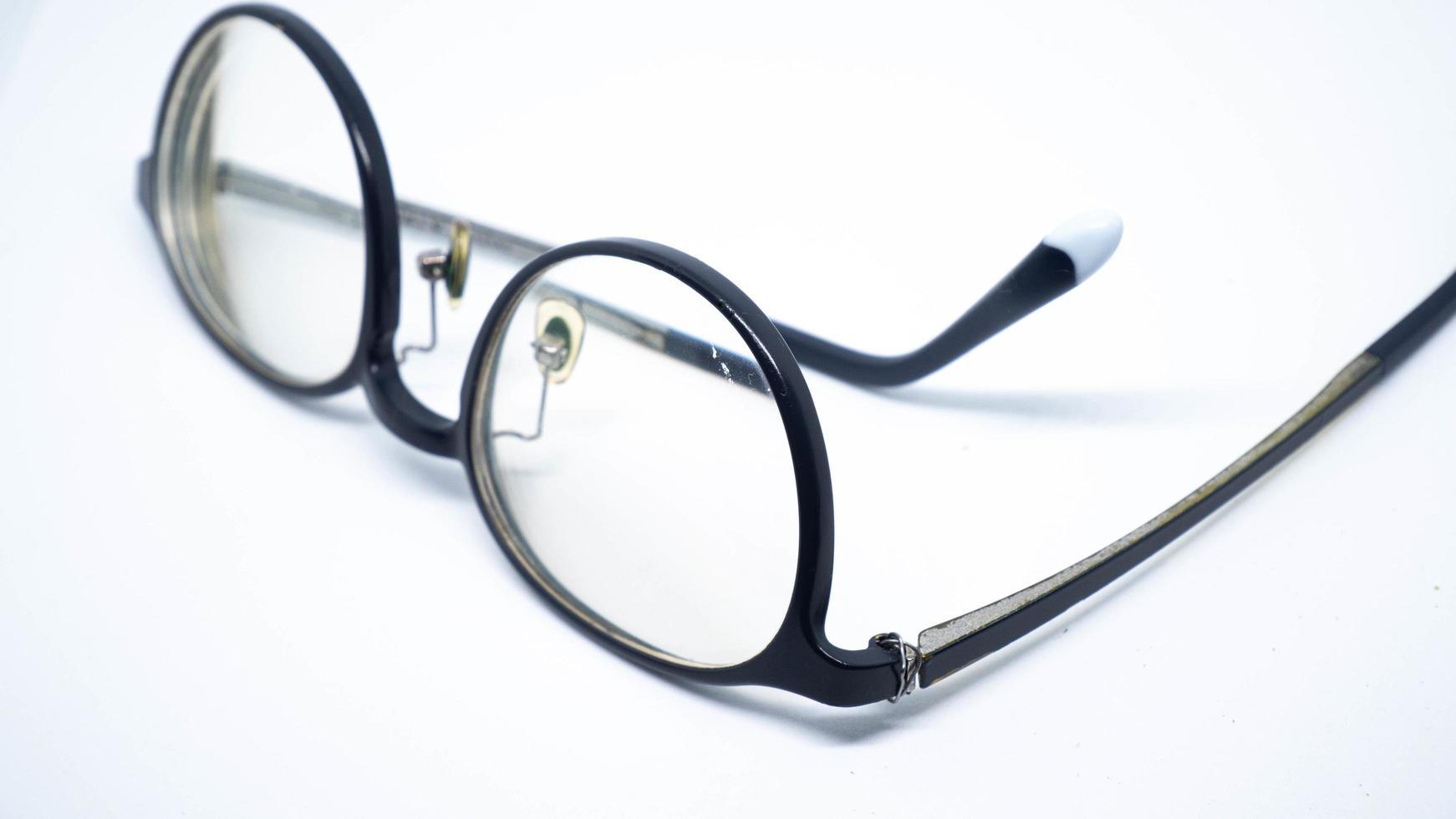 ett brutet glasögonben isolerad på vit bakgrund foto