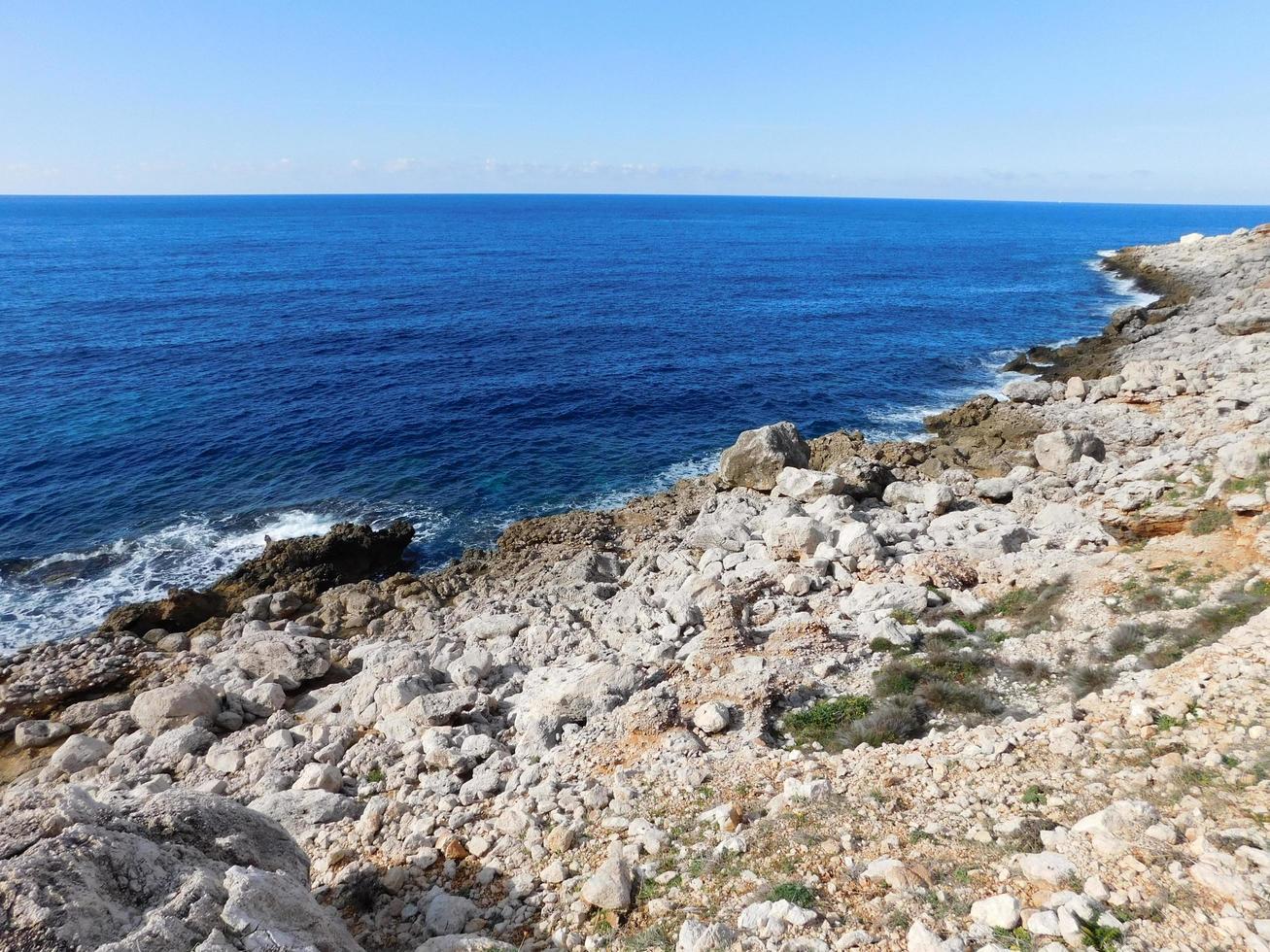 stenig strand med blått vatten foto