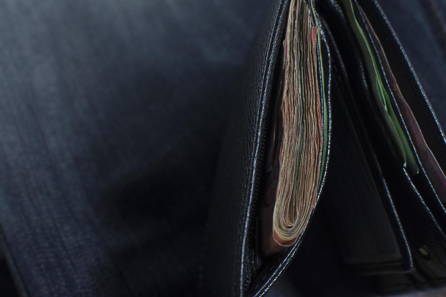 närbild av en svart plånbok foto
