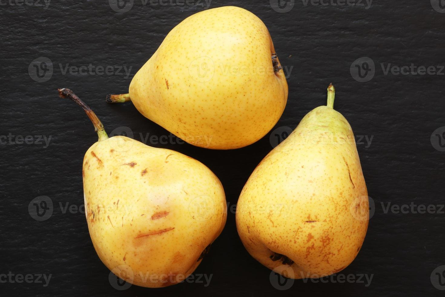 tre päron på skiffer foto