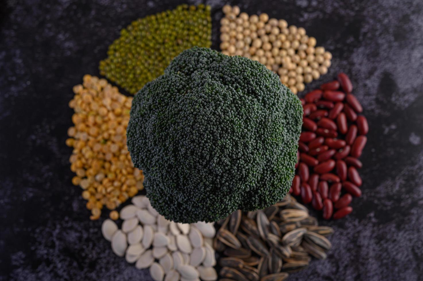 baljväxter med broccoli på en svart bakgrund foto