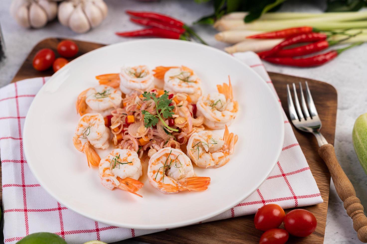 kryddig thailändsk sallad med räkor foto