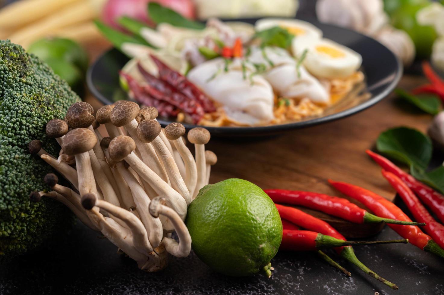nudlar med bläckfisk och kokt ägg foto