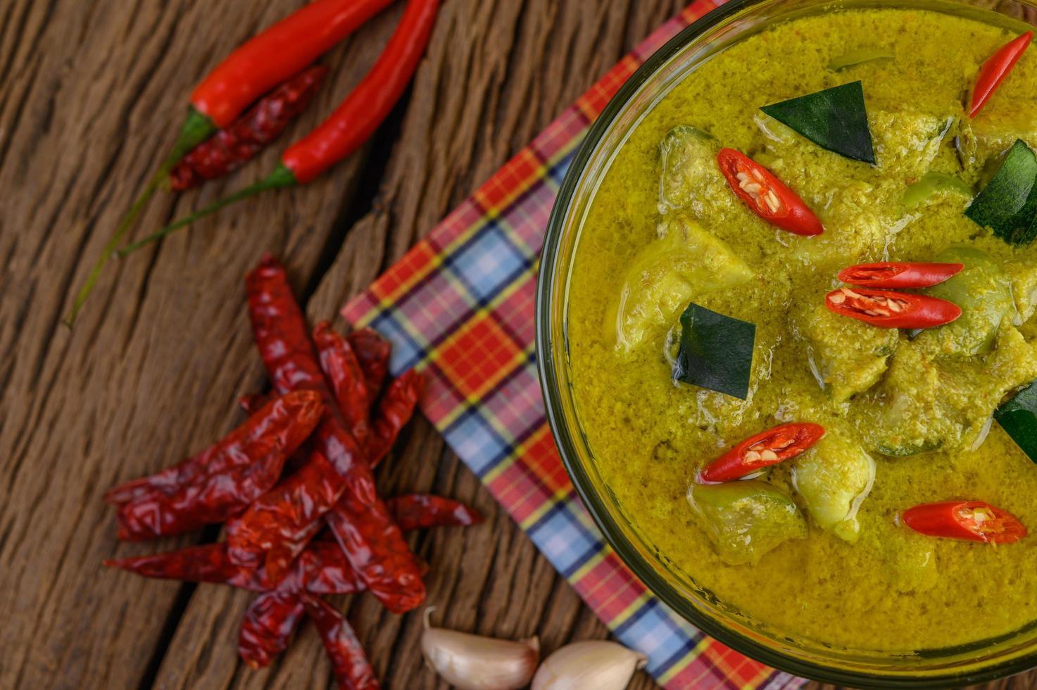grön curry med limefrukter, rödlök, citrongräs, vitlök och kaffirblad foto