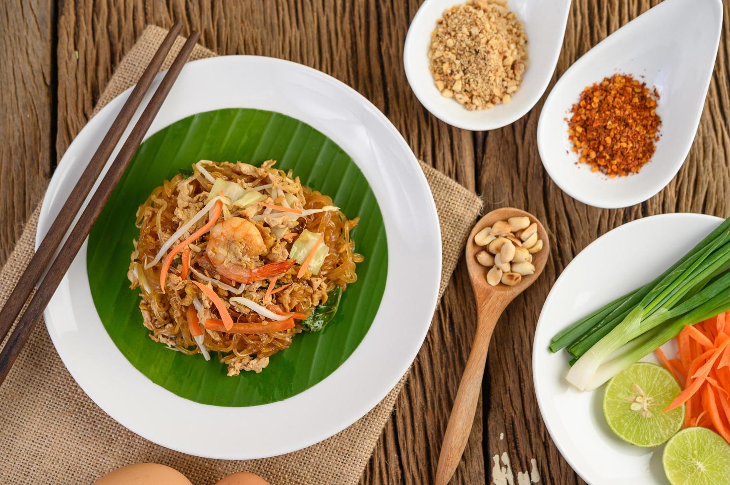 pad thai räkor i en skål med ägg, vårlök och kryddor foto