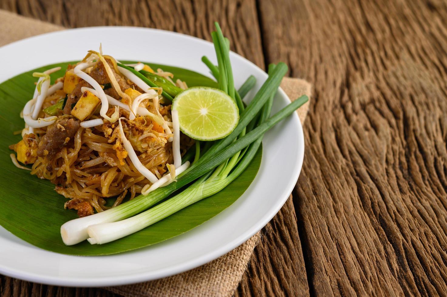 pad thai maträtt på ett bananblad foto