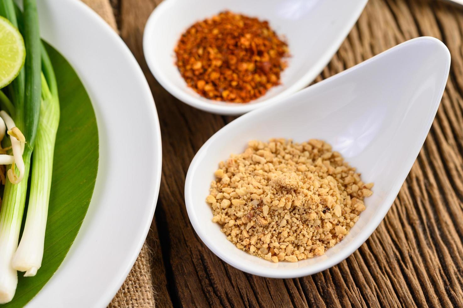 thailändsk krydda i en vit sked på ett träbord foto