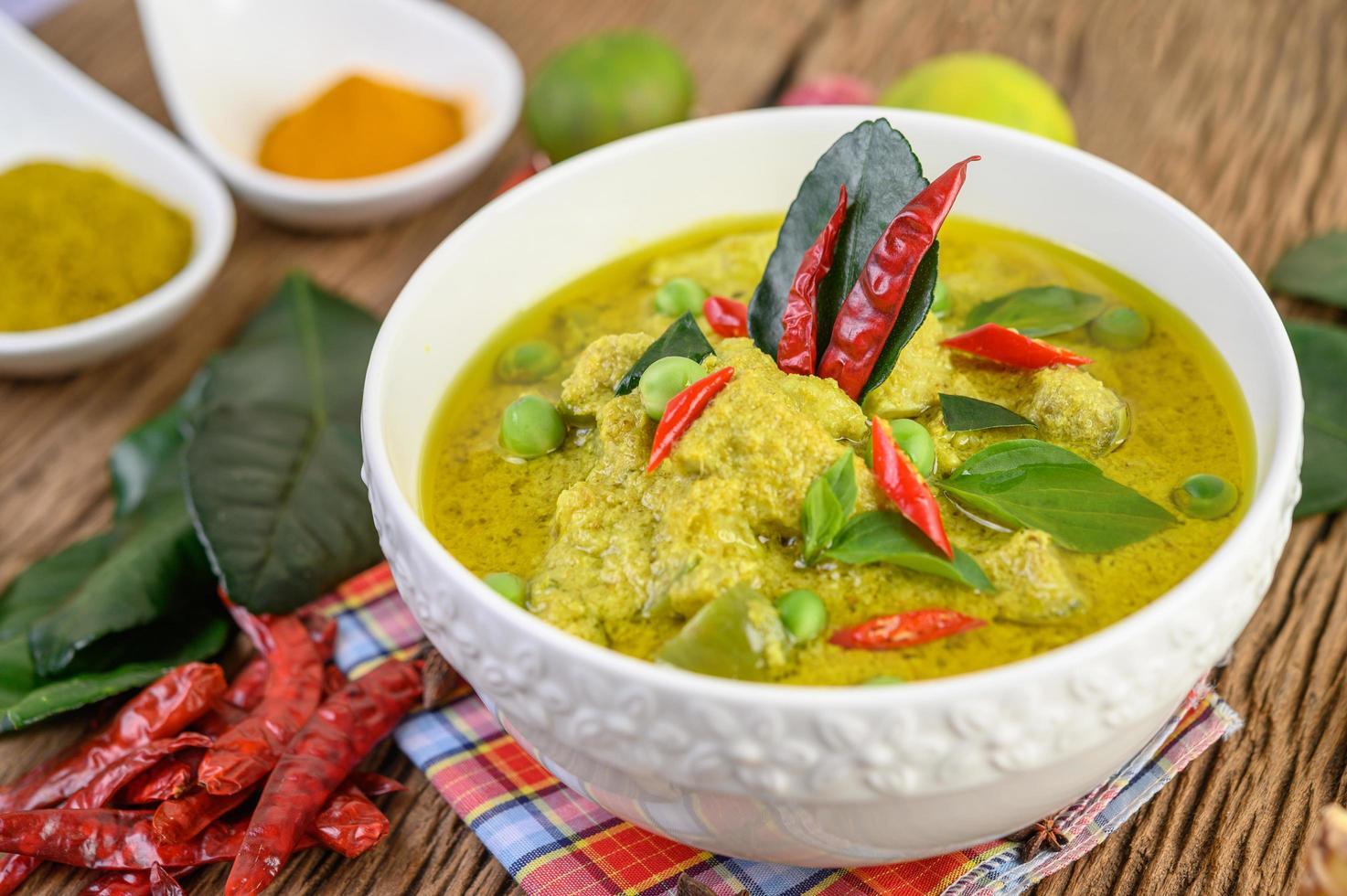 kryddig grön curry i en skål med kryddor foto