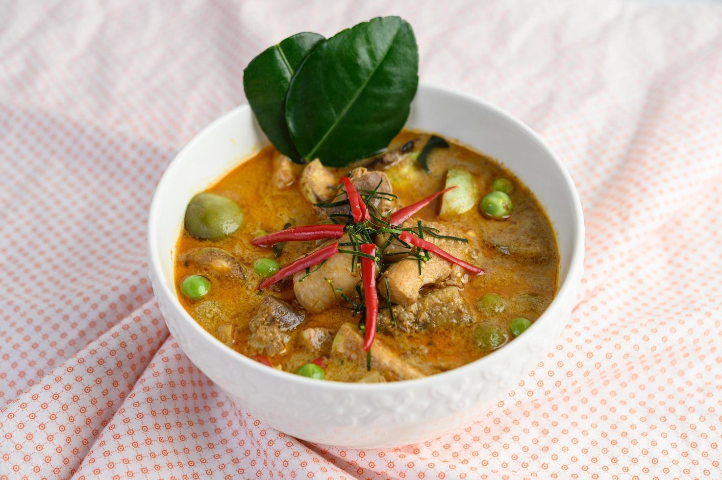 kryddad kyckling stekad med thailändsk aubergine foto