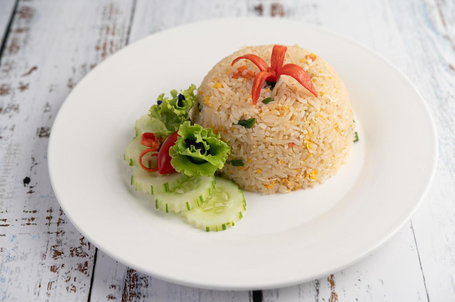 stekt ris med ägg på en träbakgrund foto