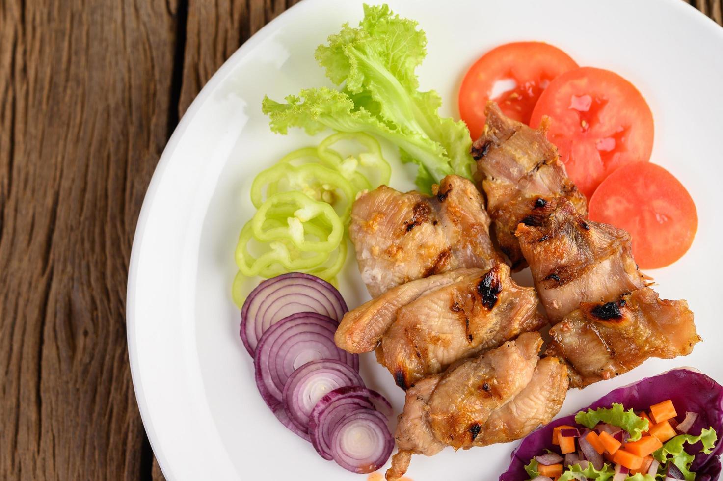 skivad grillad kyckling med sallad foto
