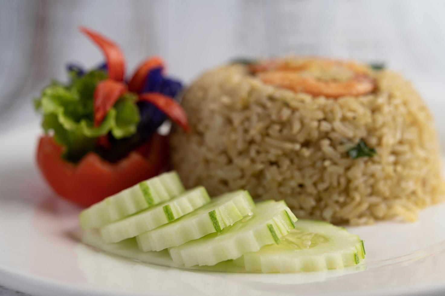 dekorativa räkor stekt ris foto