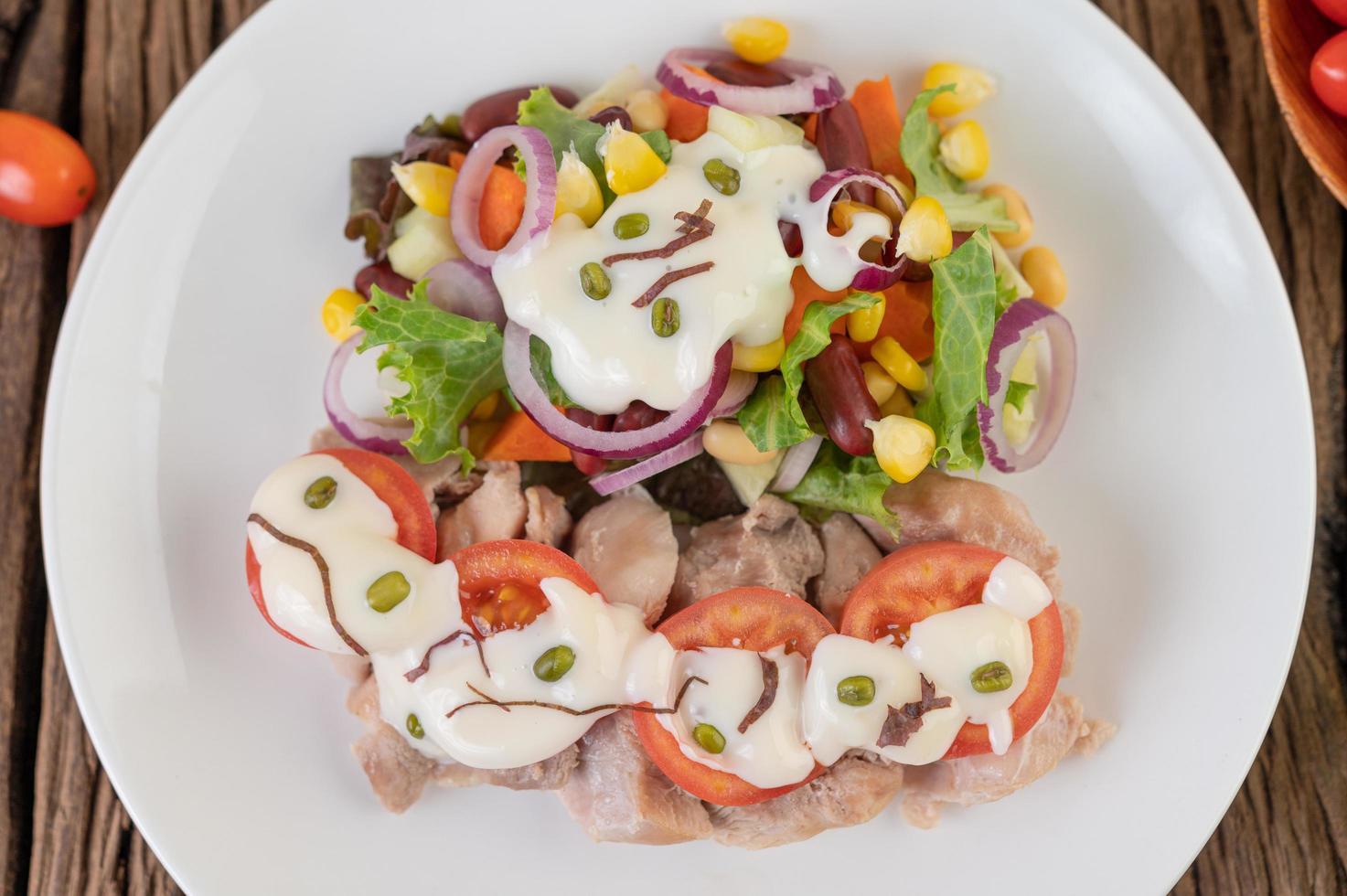 frukt- och grönsaksallad på en vit platta foto