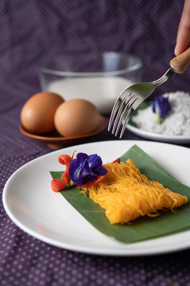 fios de ovos skål med två ägg och kokosmjölk foto