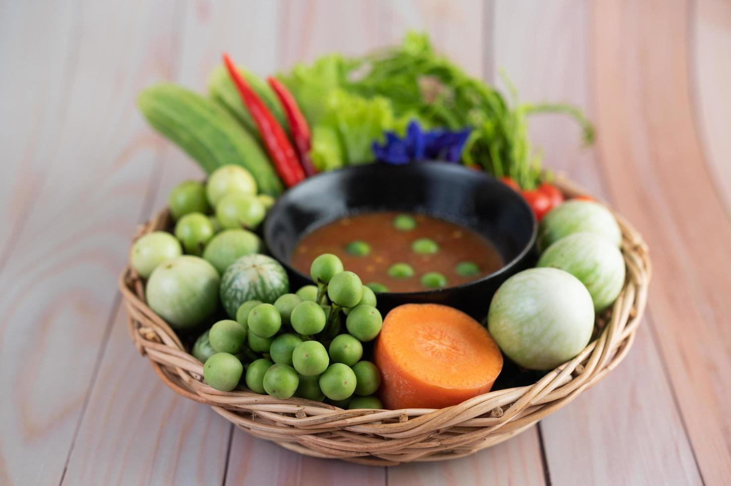 chilipasta pasta i en skål med aubergine, morötter, chili och gurkor foto