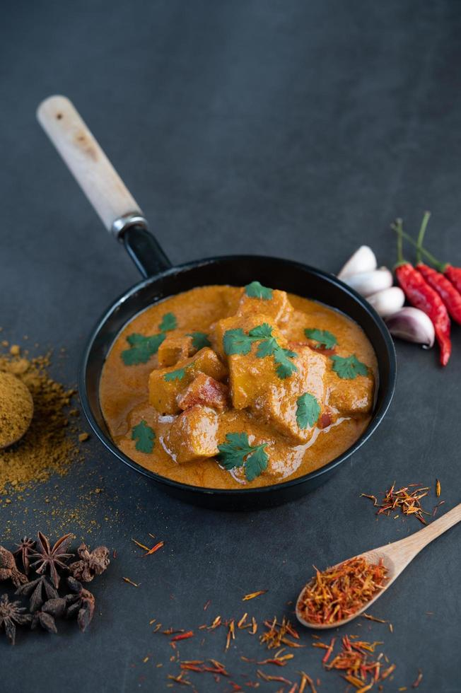 massaman curry med traditionella kryddor foto