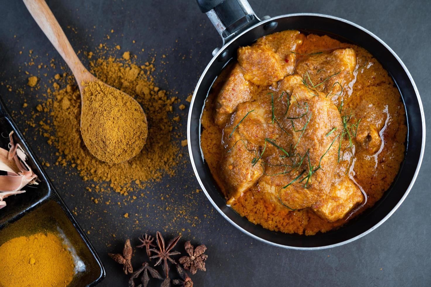 massaman thailändsk curry med kryddor foto