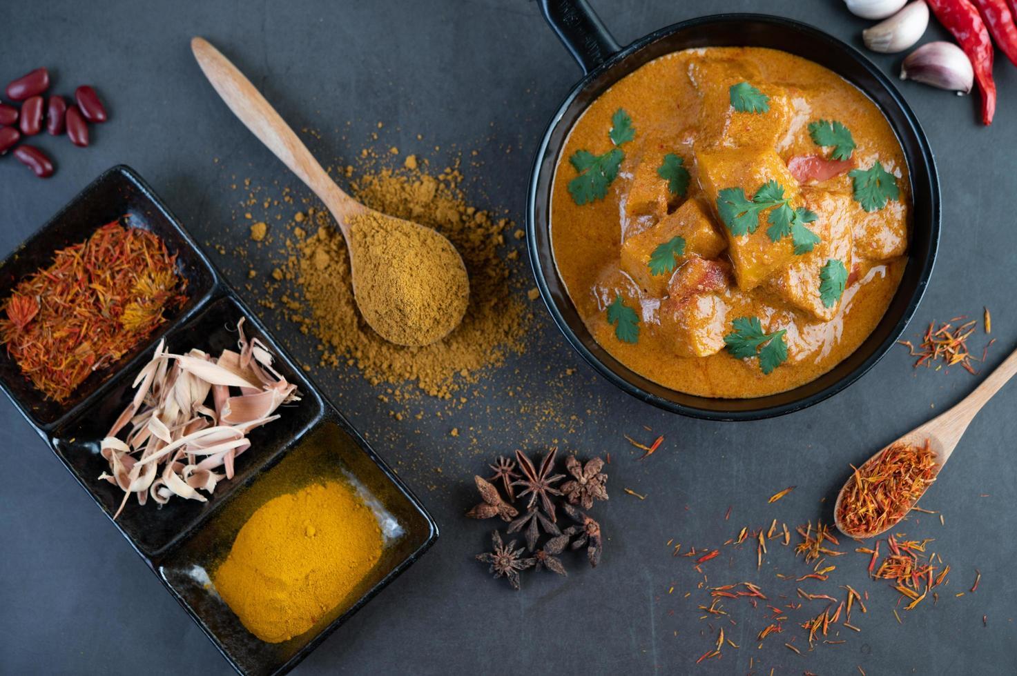 massaman curry med traditionella kryddor foto