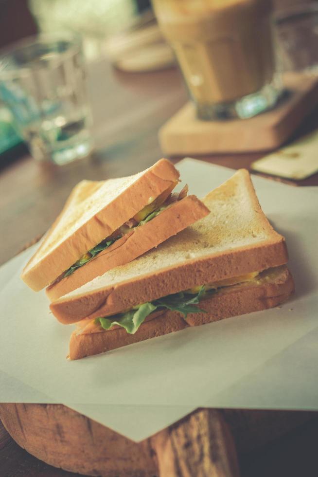 bacon och grönsaksmörgås på toast foto