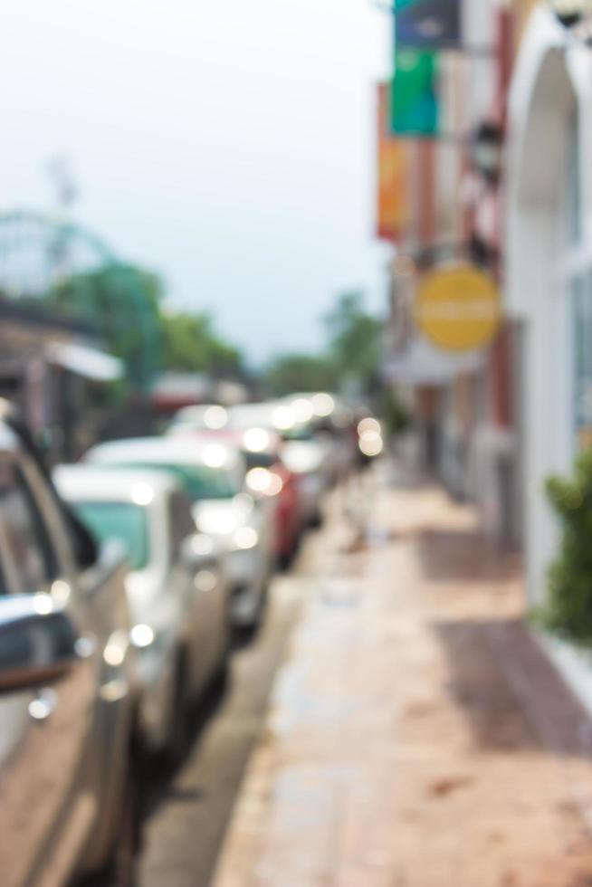 suddig trottoar och bilar foto