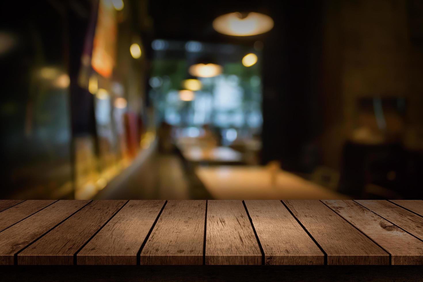 suddig restaurangplats med tom bordsskiva foto