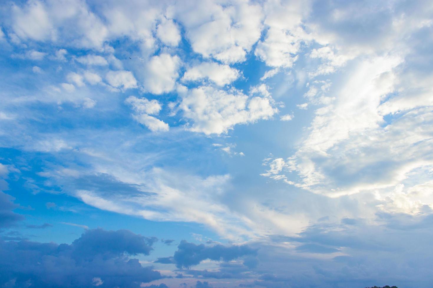 molnig blå himmel foto