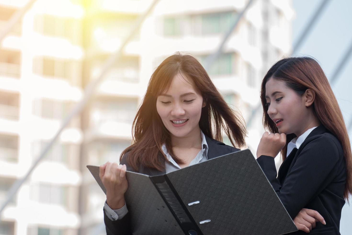 två affärsmän som tittar på ett bindemedel foto