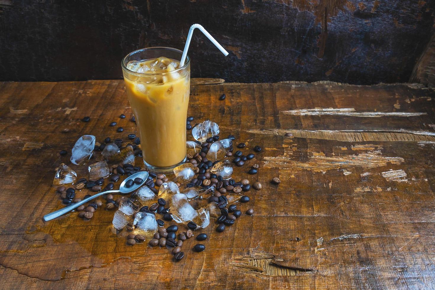 iskaffe med kaffebönor och is foto