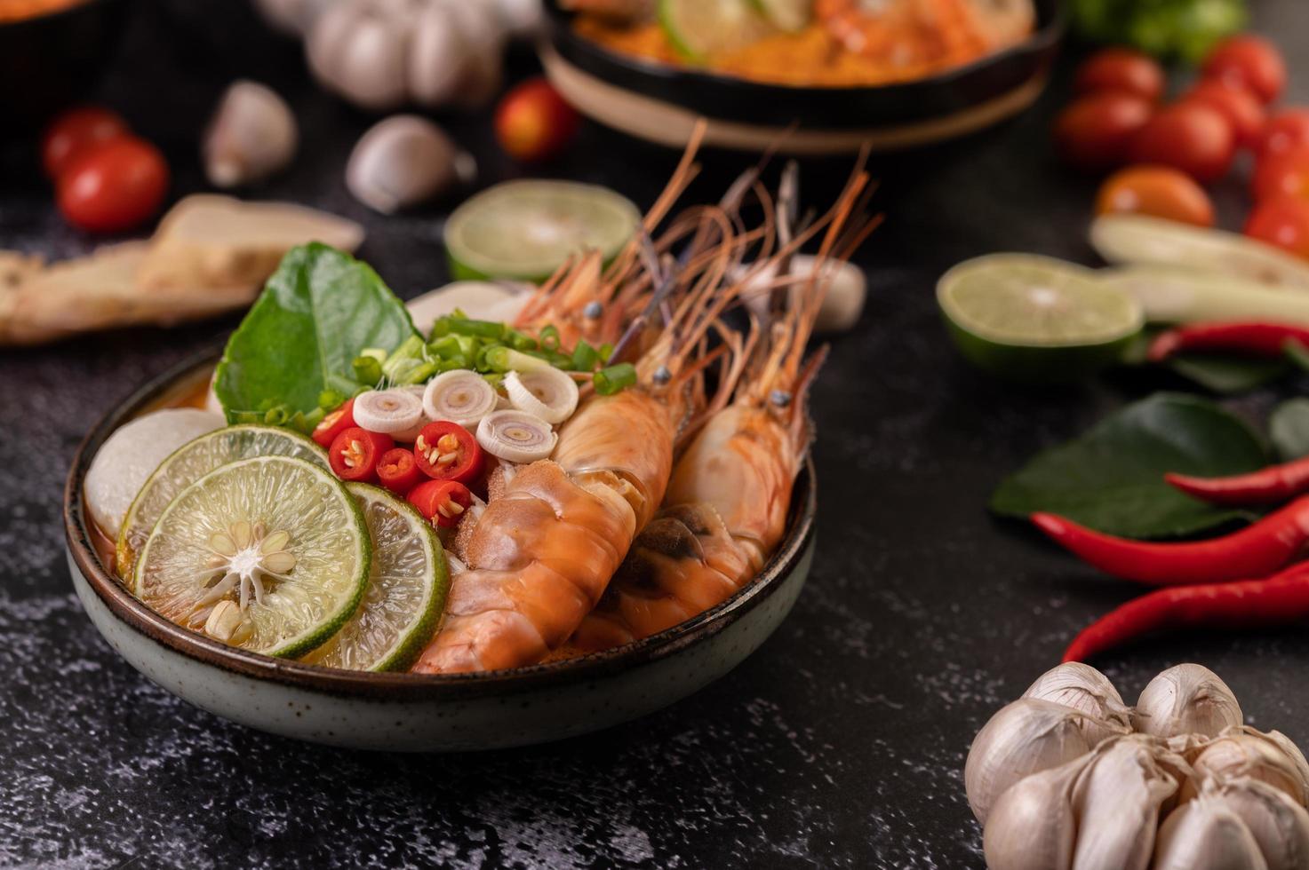 tom yum soppa med räkor och krabba med lime, chili, tomat och vitlök foto