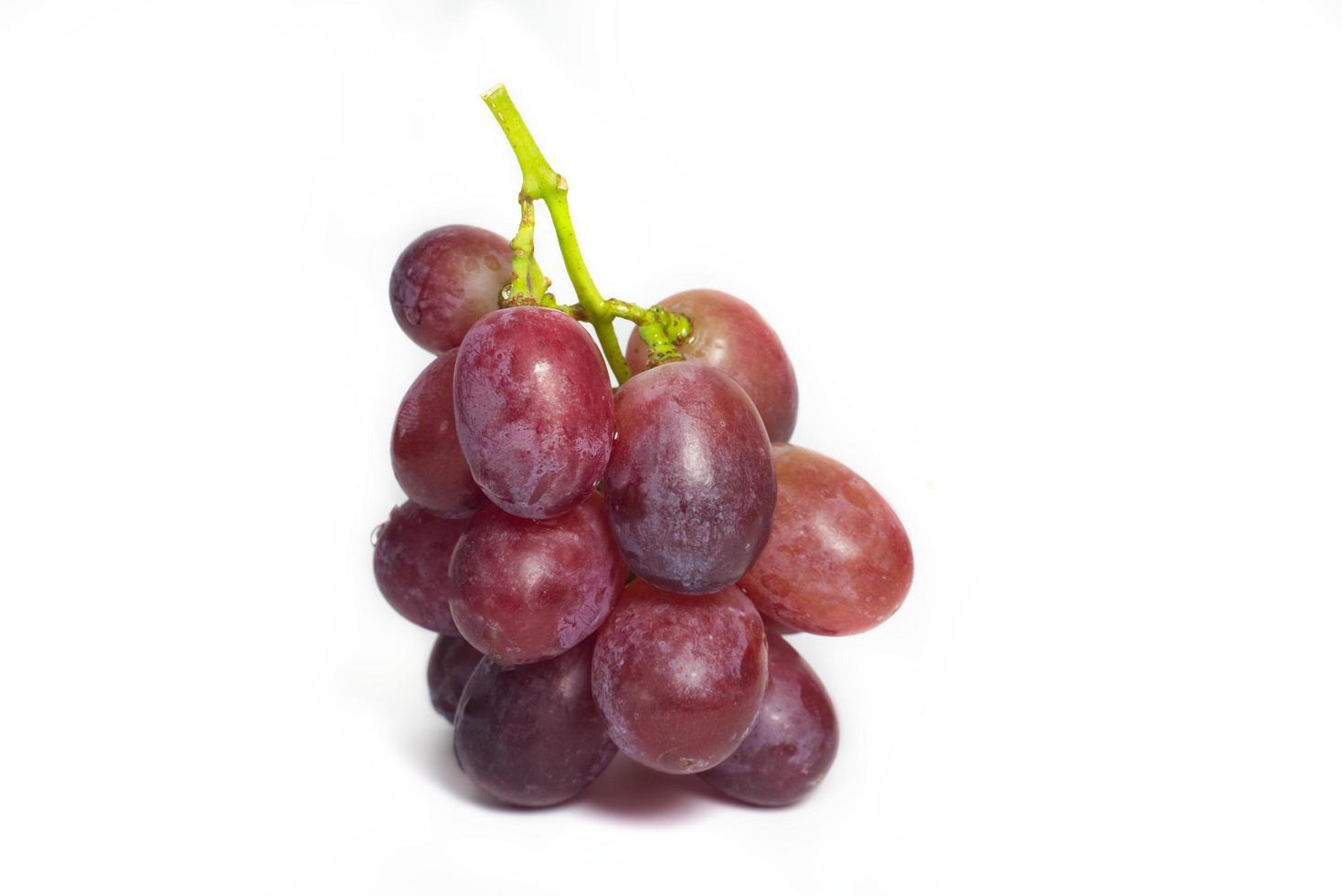 röda druvor på vitt foto