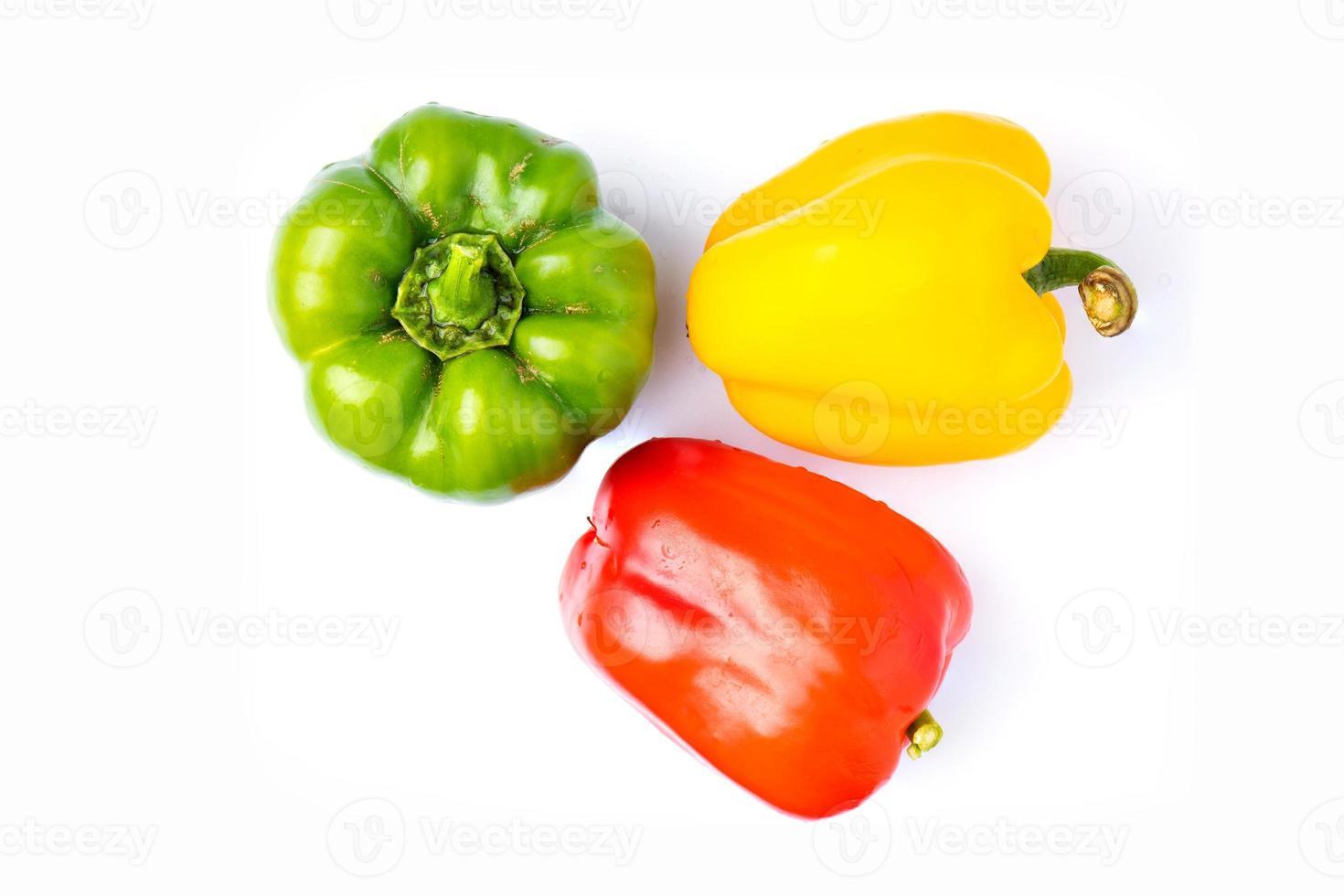 tre paprika på vit bakgrund foto