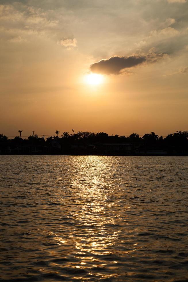solnedgång över floden foto