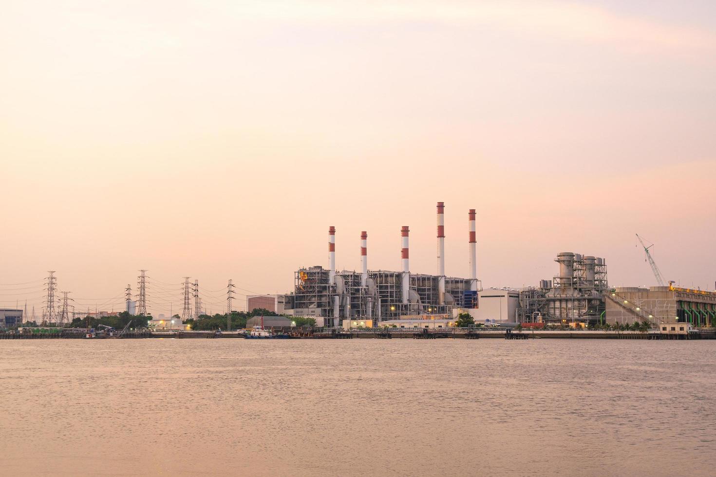 kraftverk i bangkok vid solnedgången foto