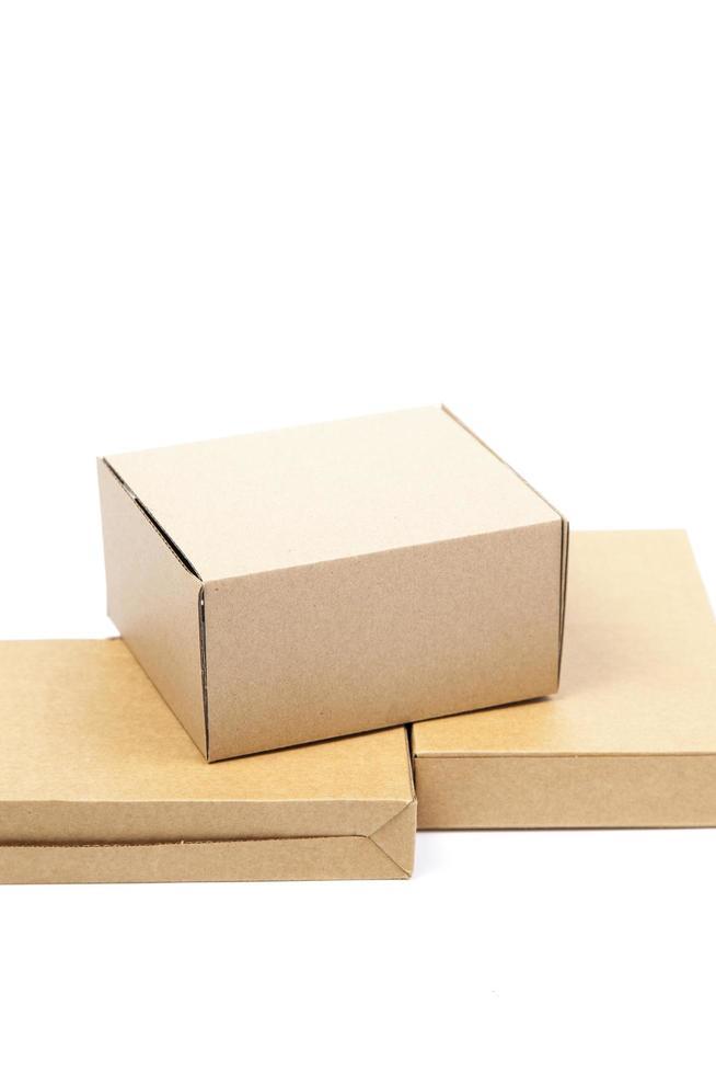 brunt låda papper på en vit bakgrund foto