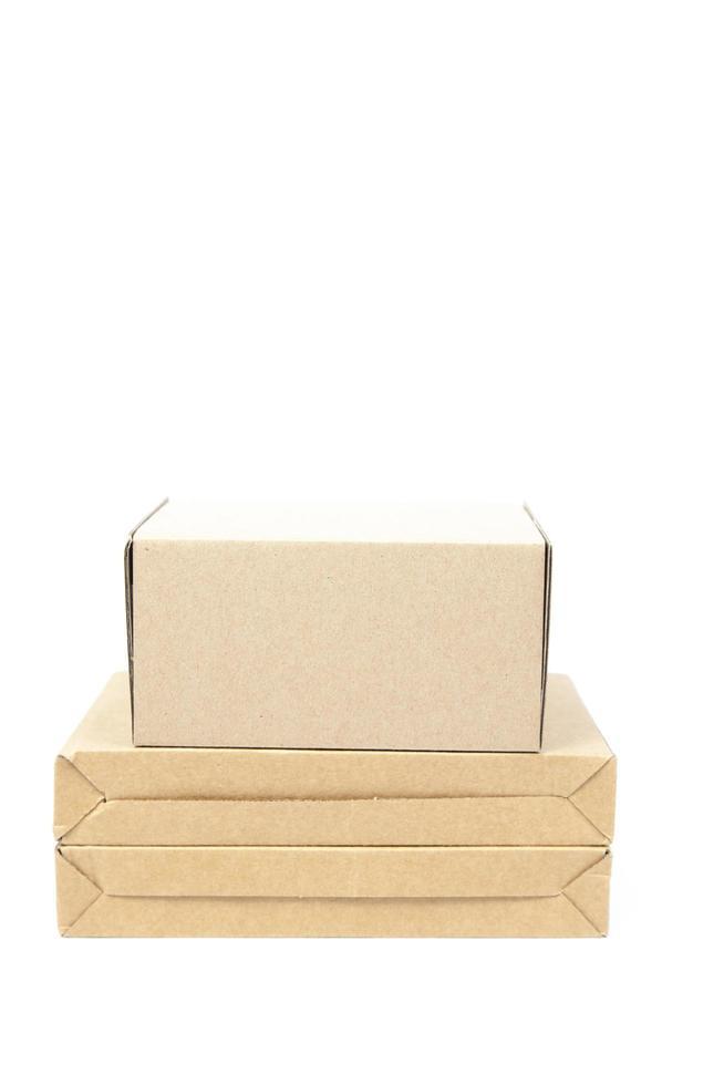 bruna papperslådor på en vit bakgrund foto
